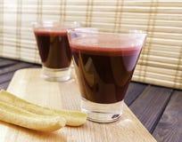 Vers die wortel en bietensap in glas met wortelplakken wordt verfraaid op houten dienblad en bamboe selectieve gestemde nadruk al Royalty-vrije Stock Foto's