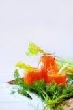 Vers die wortelsap in glazen en groene selderie wordt gegoten royalty-vrije stock foto's