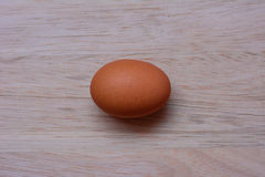 Vers ei op houten achtergrond Eiachtergrond stock fotografie