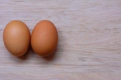 Vers ei op houten achtergrond Eiachtergrond stock foto's