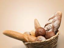 Vers eigengemaakt brood in mand op lichte achtergrond stock foto