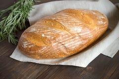 Vers eigengemaakt brood met korst op een donkere houten lijst Stock Foto