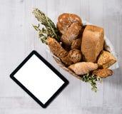 Vers eigengemaakt brood met tablet royalty-vrije stock afbeeldingen