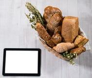 Vers eigengemaakt brood met tablet stock fotografie