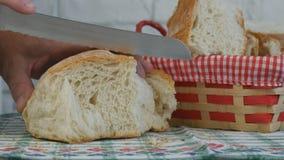 Vers Eigengemaakt die Brood met Mes op de Lijst wordt gesneden stock afbeelding