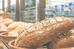 Vers eigengemaakt die brood op een houten mand in de winkelcomplex Italiaanse bakkerij wordt geplaatst Het Eiland van Bali, Indon Royalty-vrije Stock Foto's