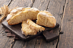 Vers eigengemaakt die brood op een houten scherpe raad wordt gesneden Stock Afbeeldingen