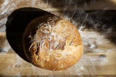Vers eigengemaakt die brood van zuurdesem wordt gemaakt die op een draadrek rusten Artisanaal brood met gouden knapperige korst royalty-vrije stock afbeeldingen
