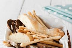 Vers eigengemaakt Italiaans brood in mand Royalty-vrije Stock Foto