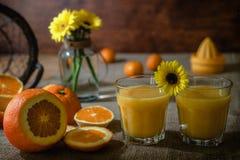 Vers eigengemaakt jus d'orange met plakken van sinaasappelen op een keukenlijst royalty-vrije stock foto