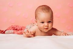 Vers en gelukkig het voelen Familie Kinderverzorging De Dag van kinderen Klein meisje met leuk gezicht parenting Snoepje weinig b royalty-vrije stock foto