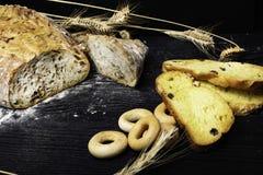 Vers en heerlijk geheel tarwebrood, ongezuurde broodjes of brood op houten lijst voor gezonde voedingachtergrond royalty-vrije stock foto