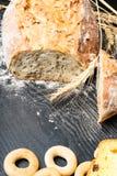 Vers en heerlijk geheel tarwebrood, ongezuurde broodjes of brood op houten lijst voor gezonde voedingachtergrond royalty-vrije stock foto's