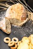 Vers en heerlijk geheel tarwebrood, ongezuurde broodjes of brood op houten lijst voor gezonde voedingachtergrond stock foto