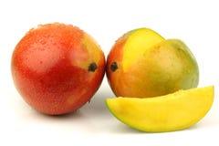 Vers en rijp mangofruit en een besnoeiing  Stock Afbeeldingen