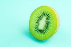 vers en sappig groen kiwifruit op groene pastelkleurkleur stock afbeelding