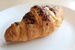Vers en smakelijk croissant met chocolade Royalty-vrije Stock Afbeelding