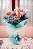 Vers en weelderig boeket van rozen en calla lelies royalty-vrije stock foto's