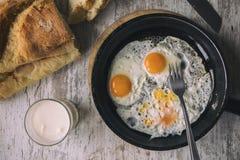 Vers Fried Eggs op Olie Stock Afbeelding