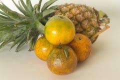 Vers fruit, ananas, sinaasappel Stock Afbeeldingen
