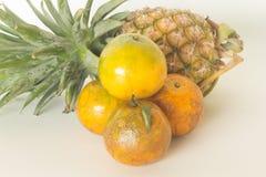 Vers fruit, ananas, sinaasappel Royalty-vrije Stock Afbeeldingen