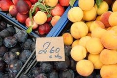 Vers fruit bij markt Stock Foto's