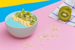 vers fruit op een gekleurde achtergrond Kleurrijk fruitpatroon van verse kiwiplakken op gekleurde achtergrond Van hoogste mening royalty-vrije stock afbeeldingen