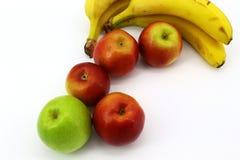 Vers fruit op witte achtergrond: bananen en appelen stock foto's