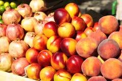 Vers fruit - perziken, nectarines, granaatappels Stock Foto