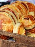 Vers gebakje in een houten doos Stock Foto
