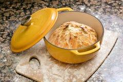 Vers gebakken artisanaal brood royalty-vrije stock afbeelding