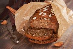 Vers gebakken banaanbrood met amandel in bakseldocument Stock Foto