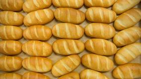 Vers gebakken brood in dienbladrek in stapel Hoogste mening Stock Afbeelding