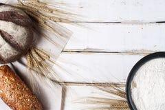 Vers gebakken brood met oren van tarwe Gele tarwe Het ontbijt is Royalty-vrije Stock Foto