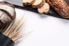 Vers gebakken brood met oren van tarwe Gele tarwe Het ontbijt is Stock Foto
