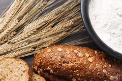 Vers gebakken brood met oren van tarwe Gele tarwe Het ontbijt is Royalty-vrije Stock Foto's