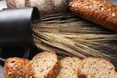 Vers gebakken brood met oren van tarwe Gele tarwe Het ontbijt is Stock Fotografie