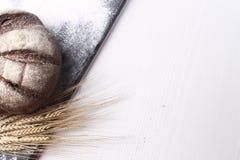 Vers gebakken brood met oren van tarwe Gele tarwe Het ontbijt is Stock Afbeelding