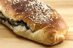 Vers gebakken brood met papaverzaad en sesam op houten backgroun Royalty-vrije Stock Foto's