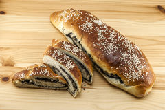 Vers gebakken brood met papaverzaad en sesam op houten backgroun Stock Afbeelding