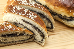 Vers gebakken brood met papaverzaad en sesam op houten backgroun Stock Afbeeldingen