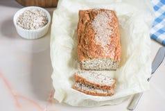 Vers gebakken brood met zemelen met sesam, zemelen en lijnzaad, Royalty-vrije Stock Foto's
