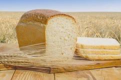 Vers gebakken brood op een houten lijst in openlucht Stock Foto's