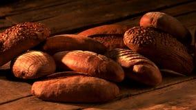 Vers gebakken brood op houten achtergrond stock footage