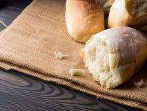 Vers gebakken brood op jute donkere houten achtergrond Stock Foto's