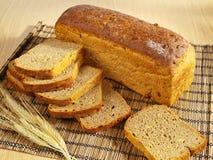 Vers gebakken brood op lijst Royalty-vrije Stock Foto