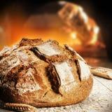 Vers gebakken brood in rustieke bakkerij met traditionele oven stock foto's