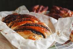 Vers gebakken broodje met papaver, hoogste mening, close-up Royalty-vrije Stock Fotografie