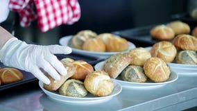 Vers gebakken broodjes in de keuken stock videobeelden