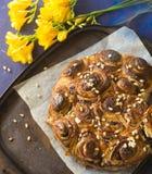 Vers gebakken broodjes met pijnboomnoten, bessen en karamel die op de lijst liggen Royalty-vrije Stock Fotografie